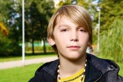 可爱的白肤金发的男孩在公园 免版税图库摄影