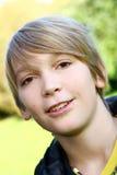 可爱的白肤金发的男孩在公园 免版税库存照片