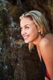 可爱的白肤金发的被晒黑的女孩笑的纵向 图库摄影