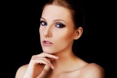 可爱的白肤金发的露胸部的妇女以黑暗组成 库存照片