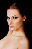 可爱的白肤金发的露胸部的妇女以黑暗组成 免版税库存照片