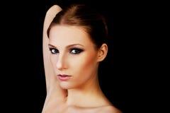 可爱的白肤金发的露胸部的妇女以黑暗组成 库存图片