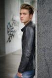 可爱的白肤金发的年轻人在城市环境里 免版税库存图片