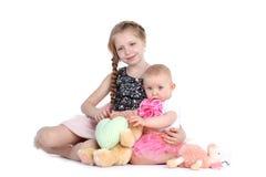 可爱的矮小的两个姐妹8年和11个月 免版税库存照片