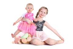 可爱的矮小的两个姐妹8年和11个月 免版税库存图片