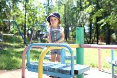 可爱的矮小的小孩女孩在playpit使用室外在夏天 免版税图库摄影
