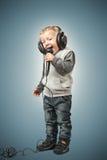 可爱的矮小的歌手 图库摄影