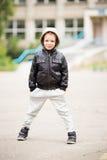 可爱的矮小的都市男孩佩带的黑色全长画象  免版税库存照片