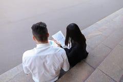 可爱的确信的人民,企业家,聊天wi的学生 免版税库存照片