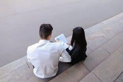 可爱的确信的人民,企业家,聊天wi的学生 库存照片
