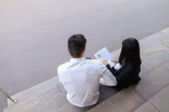可爱的确信的人民,企业家,聊天wi的学生 免版税库存图片