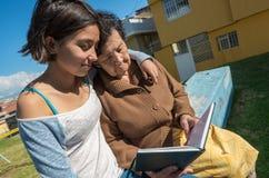 可爱的祖母和孙女开会 免版税图库摄影