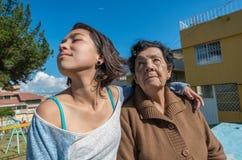 可爱的祖母和孙女开会 免版税库存图片
