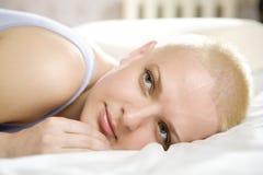 可爱的秃头白肤金发的位于的体贴的&# 免版税库存照片