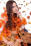 可爱的秋叶堆妇女 免版税图库摄影