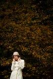可爱的秋天夜间公园妇女 免版税库存图片