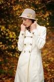 可爱的秋天夜间公园妇女 库存照片
