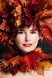 可爱的秋天秀丽覆盖物叶子槭树裸体纵向妇女 有秋天槭树叶子花圈的美丽的妇女 免版税图库摄影