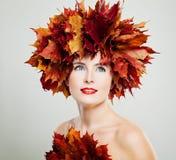 可爱的秋天秀丽覆盖物叶子槭树裸体纵向妇女 秋天美丽的日秋天森林微笑的走的妇女 库存图片
