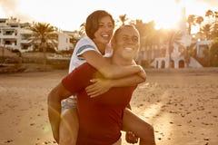 可爱的笑的夫妇肩扛骑马 免版税库存照片