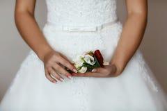 可爱的精美花卉婚礼花束和白色和伯根地玫瑰在新娘 免版税图库摄影