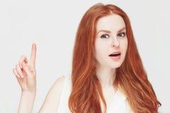 可爱的红头发人妇女有一个通知或想法您的 概念聚焦和重要 需要知道 库存图片