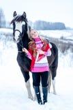 可爱的美丽的少妇在时兴的pullovere冬天 免版税库存图片