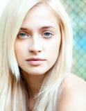 可爱的美丽的白肤金发的女孩 免版税库存图片