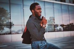 可爱的美国黑人的男性在他的办公室附近站立 免版税库存图片