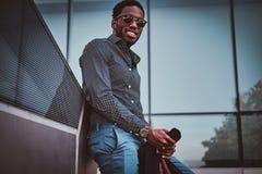 可爱的美国黑人的男性在他的办公室附近站立 免版税图库摄影