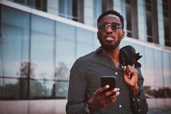 可爱的美国黑人的男性在他的办公室附近站立 免版税库存照片