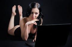 可爱的膝上型计算机妇女 库存照片