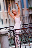 可爱的芭蕾舞女演员在威尼斯 免版税库存图片