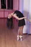 可爱的芭蕾舞蹈女孩工作室 免版税库存图片