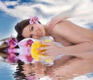 可爱的获得的温泉处理妇女 库存图片