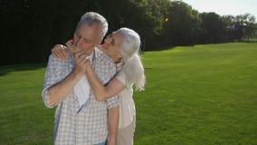 可爱的资深关于爱的妇女耳语的丈夫 影视素材