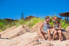 可爱的逗人喜爱的女孩获得在白色海滩的乐趣在期间 免版税库存图片