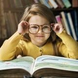 可爱的逗人喜爱的女孩读书讲故事概念 免版税图库摄影
