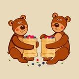 可爱的逗人喜爱的小的熊在与俄国全国盘的容忍坐由白桦树皮制成有很多野生莓果 向量例证