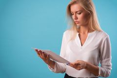 可爱的金发碧眼的女人佩带的白色女衬衫 库存图片