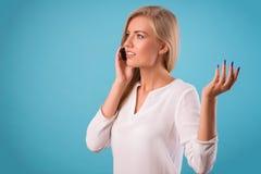可爱的金发碧眼的女人佩带的白色女衬衫 库存照片