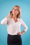 可爱的金发碧眼的女人佩带的白色女衬衫 免版税图库摄影