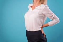 可爱的金发碧眼的女人佩带的白色女衬衫 图库摄影