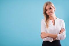 可爱的金发碧眼的女人佩带的白色女衬衫 免版税库存图片