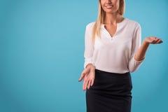 可爱的金发碧眼的女人佩带的白色女衬衫 免版税库存照片