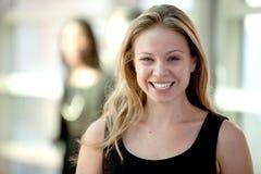 可爱的金发碧眼的女人宽广地微笑的&# 免版税库存图片