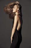 可爱的金发碧眼的女人画象有长的美丽的头发的 免版税图库摄影