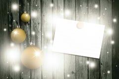 可爱的金黄Xmas电灯泡设置了与空白纸 免版税库存图片