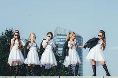 可爱的青少年的女孩创造性的队摆在 库存照片