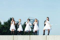 可爱的青少年的女孩创造性的队摆在 库存图片